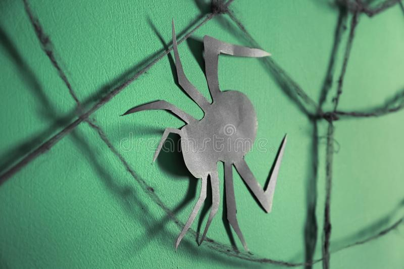 Araignée de papier avec le Web comme décor pour la partie de Halloween sur le fond de couleur image libre de droits