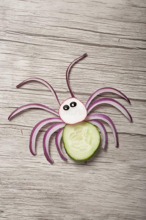 Araignée drôle faite de légumes frais à bord image stock