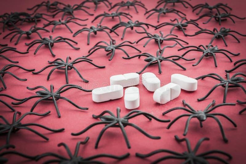 Araignées autour des capsules, phobie de concept photos stock