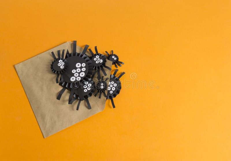 Araignées du rampement de papier hors de l'enveloppe Fond orange image libre de droits