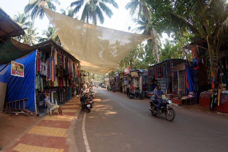 Arambol,果阿, Iindia - 2017年3月22日:纪念品和衣裳销售街道商店游人的在Arambol村庄 库存照片