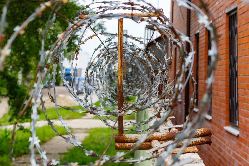 Arame farpado em uma cerca concreta Território cercado e guardado imagem de stock royalty free