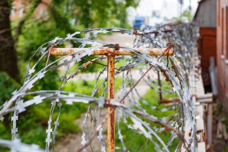 Arame farpado em uma cerca concreta Território cercado e guardado foto de stock royalty free