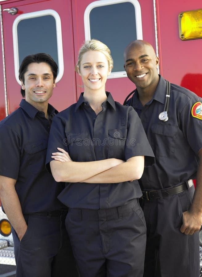 Aramedics delante de una ambulancia fotos de archivo libres de regalías
