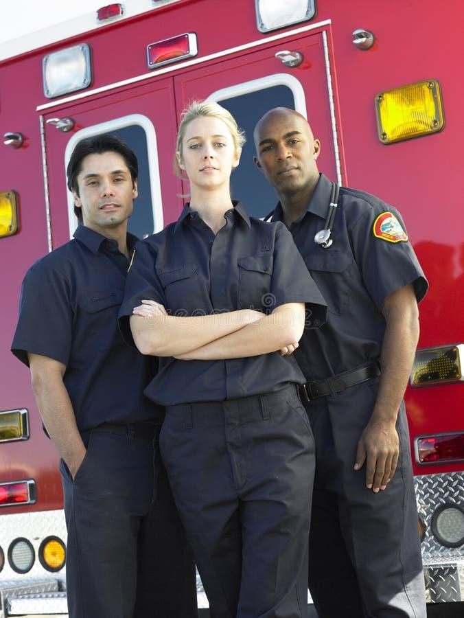 Aramedics na frente de uma ambulância imagem de stock