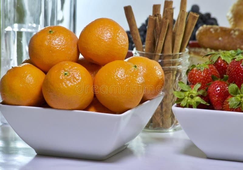 Arance dei mandarini con la fragola fresca fotografie stock libere da diritti