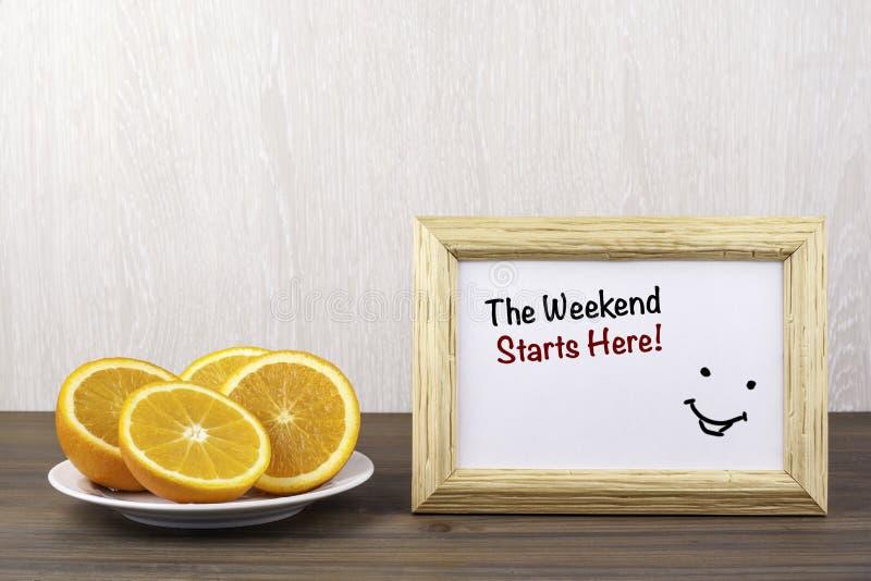 Arance dolci fresche sulla tavola di legno Il fine settimana comincia qui immagine stock