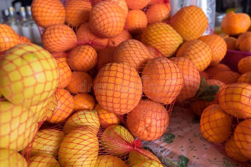 Arance e limoni freschi in sacco di plastica della maglia da vendere fotografie stock libere da diritti