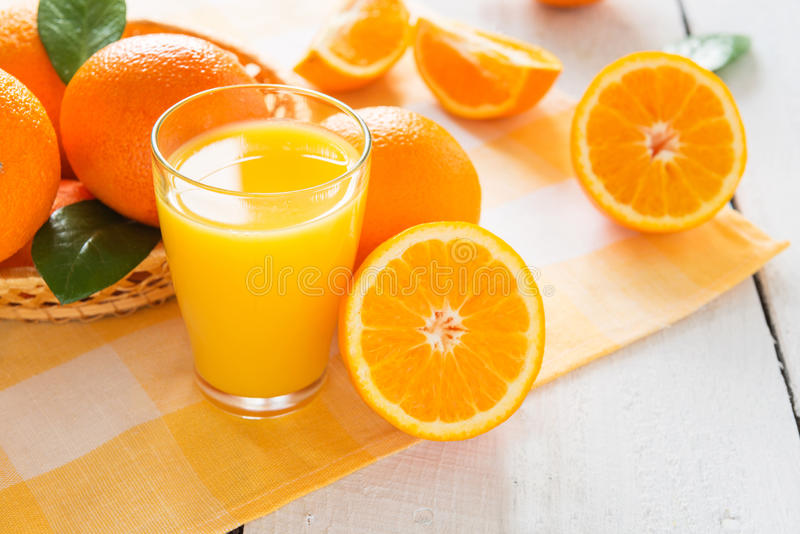 Arance e succo di arancia immagine stock libera da diritti
