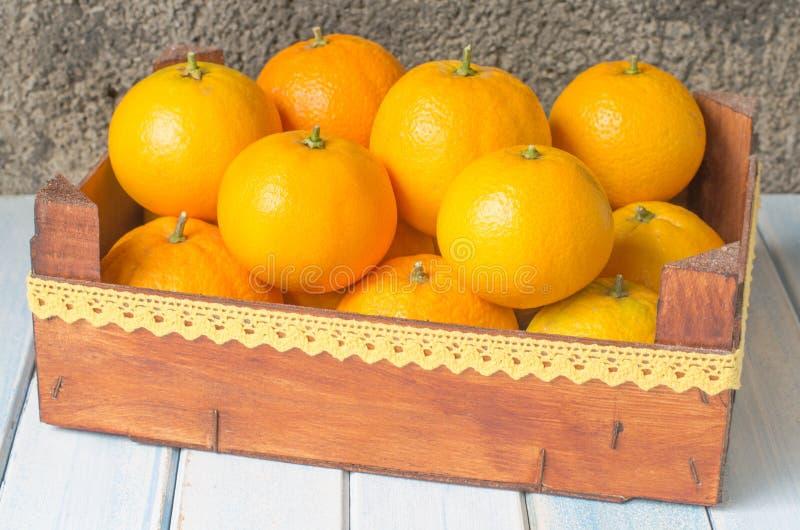 Arance fresche in scatola di legno fotografia stock