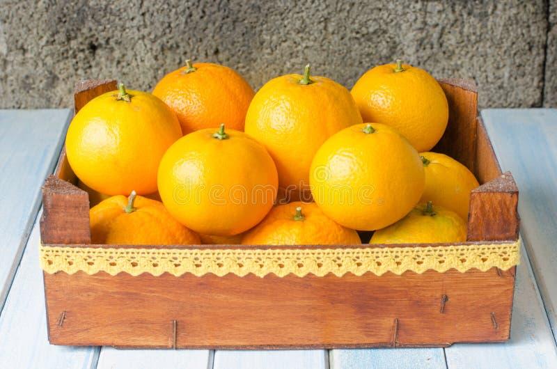 Arance fresche in scatola di legno immagine stock