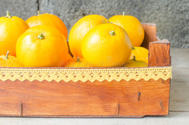 Arance fresche in scatola di legno fotografia stock libera da diritti