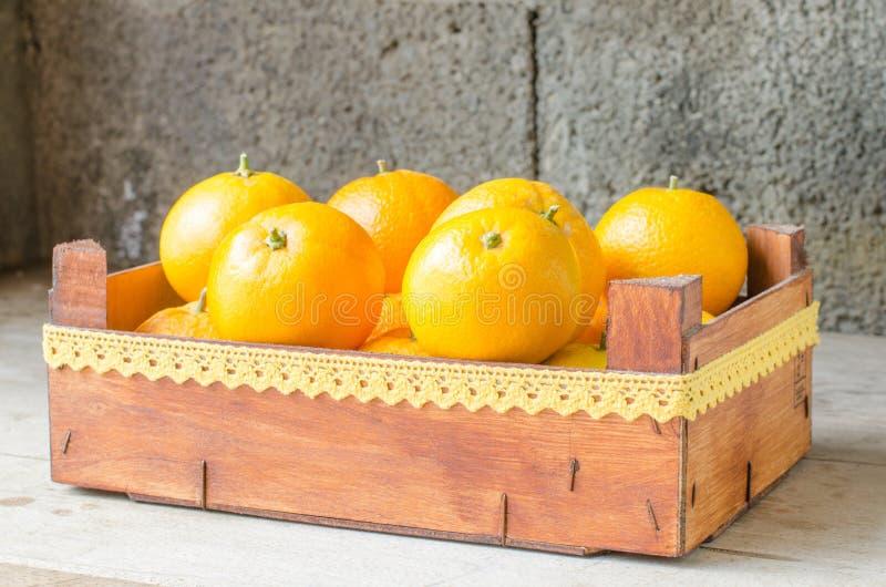 Arance fresche in scatola di legno immagini stock