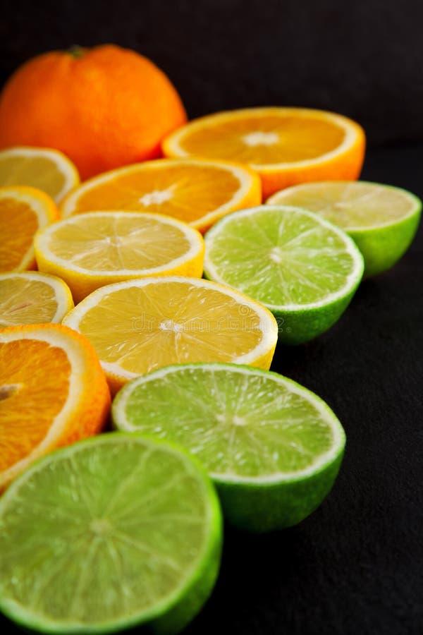 Arance, limoni di recente affettati e limette decorati su un piatto dell'ardesia fotografia stock libera da diritti