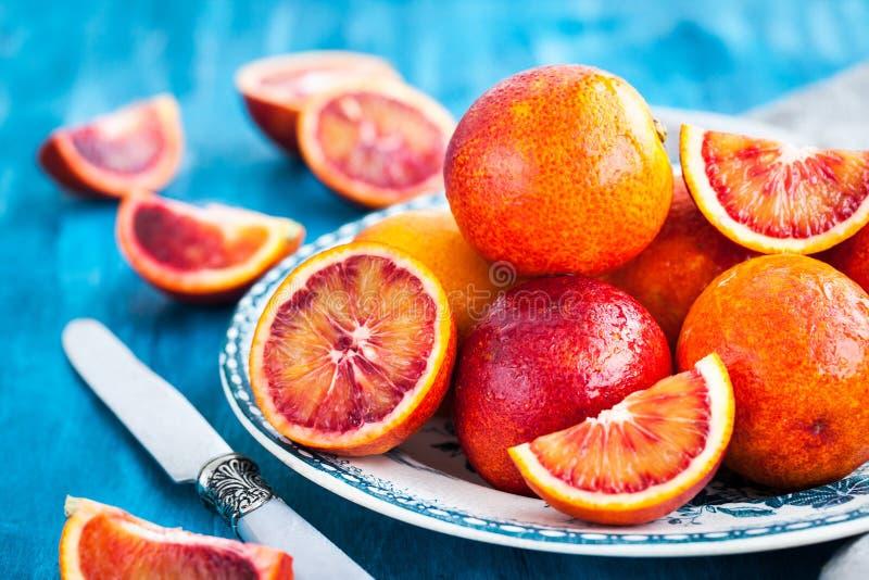 Arance sanguinelle siciliane succose mature fresche affettate ed intere fotografia stock libera da diritti