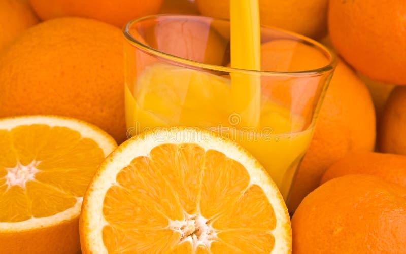Aranci con il succo di arancia fotografie stock libere da diritti