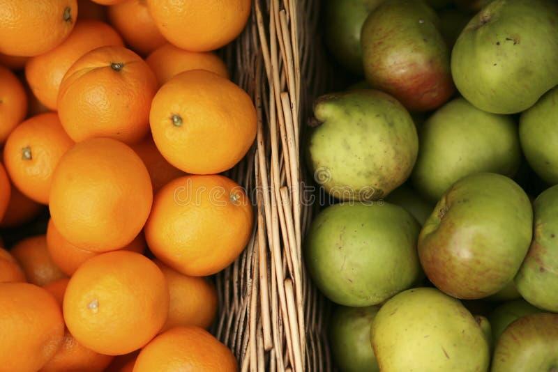 Aranci e mele in cestini immagini stock