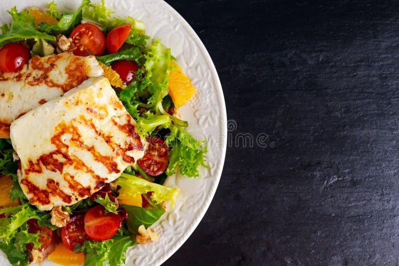 Arancia arrostita, pomodori e lattuga della strega dell'insalata del formaggio di Halloumi Alimento sano immagini stock libere da diritti