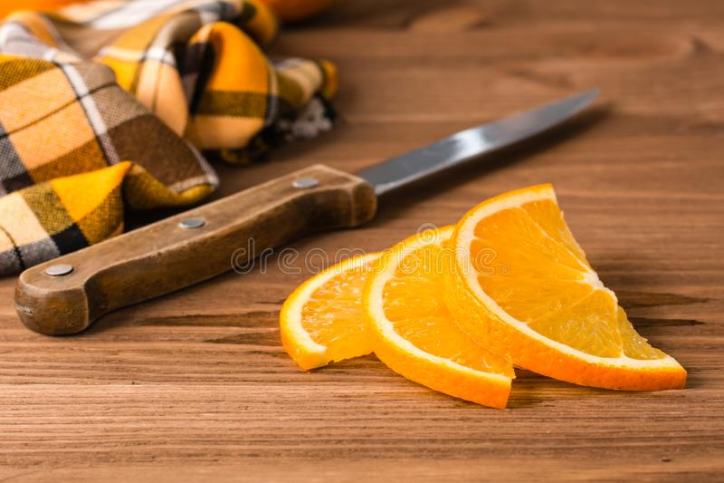 Arancia, coltello e tovagliolo affettati immagine stock