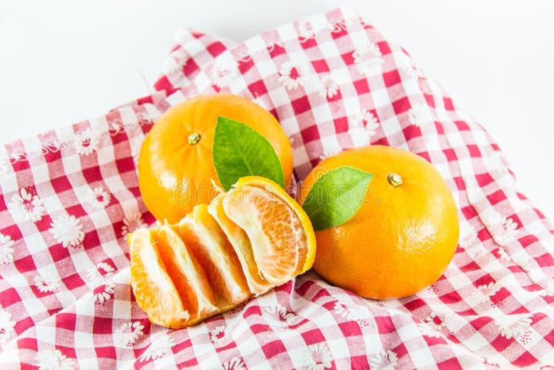 Arancia con il segmento sul tessuto del percalle fotografia stock