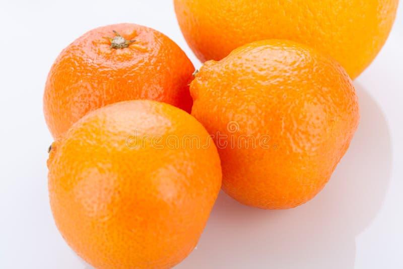 Arancia fresca divisa in due per mostrare la polpa immagini stock libere da diritti