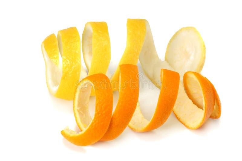 Arancia fresca e scorze di limone isolate su fondo bianco fotografia stock