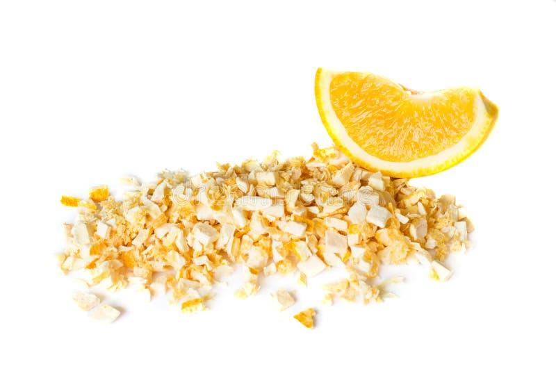 Arancia liofilizzata e fresca su un fondo bianco fotografia stock