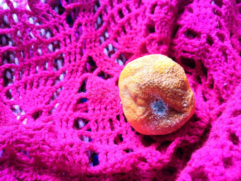 Arancia marcia su un fazzoletto immagine stock
