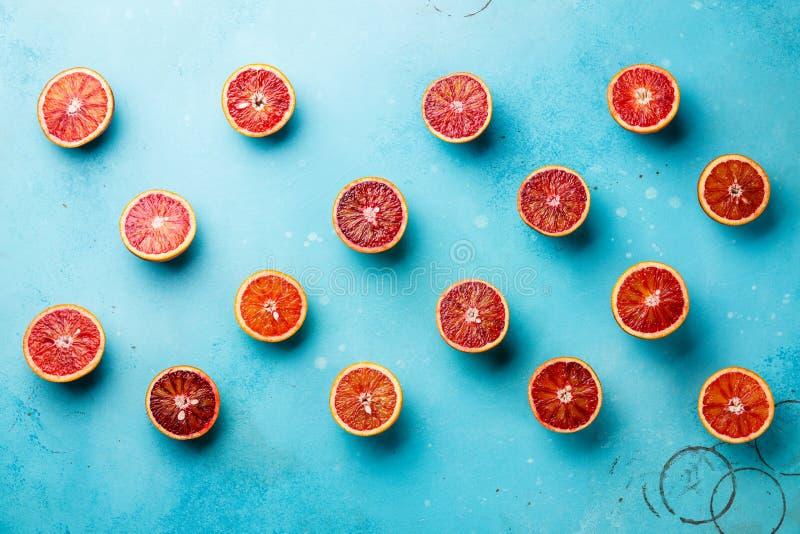 Arancia rossa del modello degli agrumi su fondo blu immagini stock libere da diritti