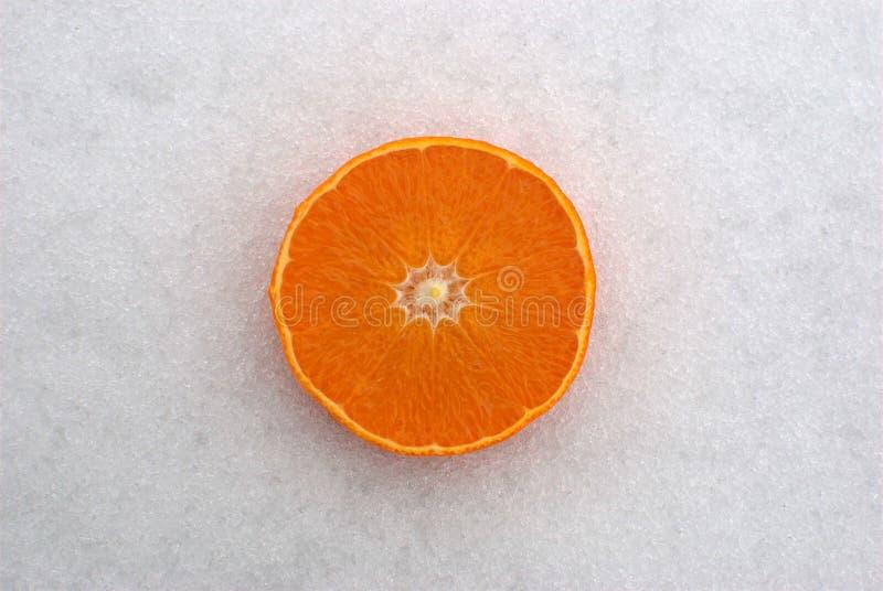 Arancia sulla neve fotografia stock libera da diritti