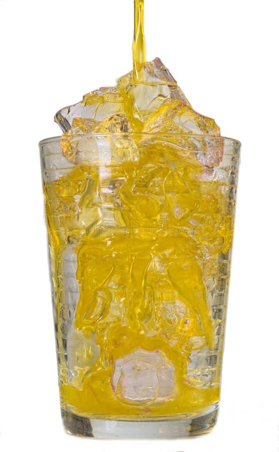 Aranciata in un vetro con i cubetti di ghiaccio immagine stock