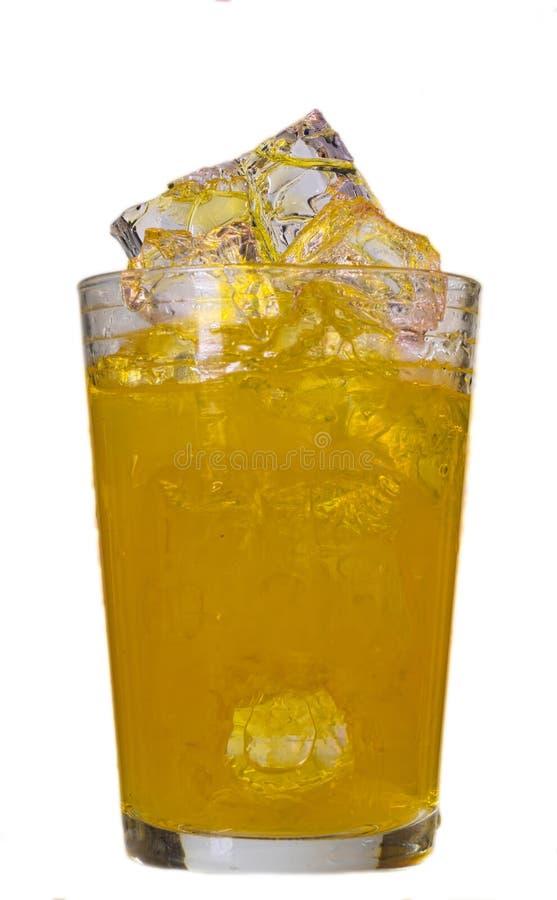 Aranciata in un vetro con i cubetti di ghiaccio fotografie stock