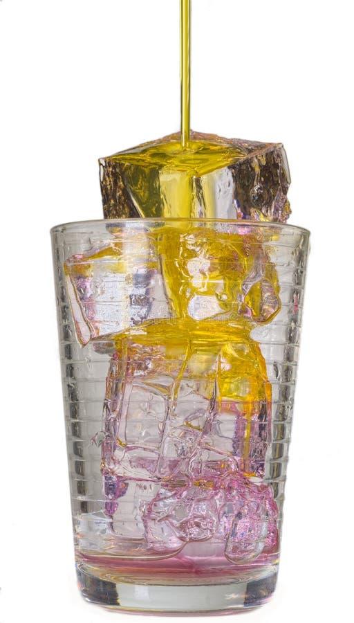 Aranciata in un vetro con i cubetti di ghiaccio immagini stock libere da diritti
