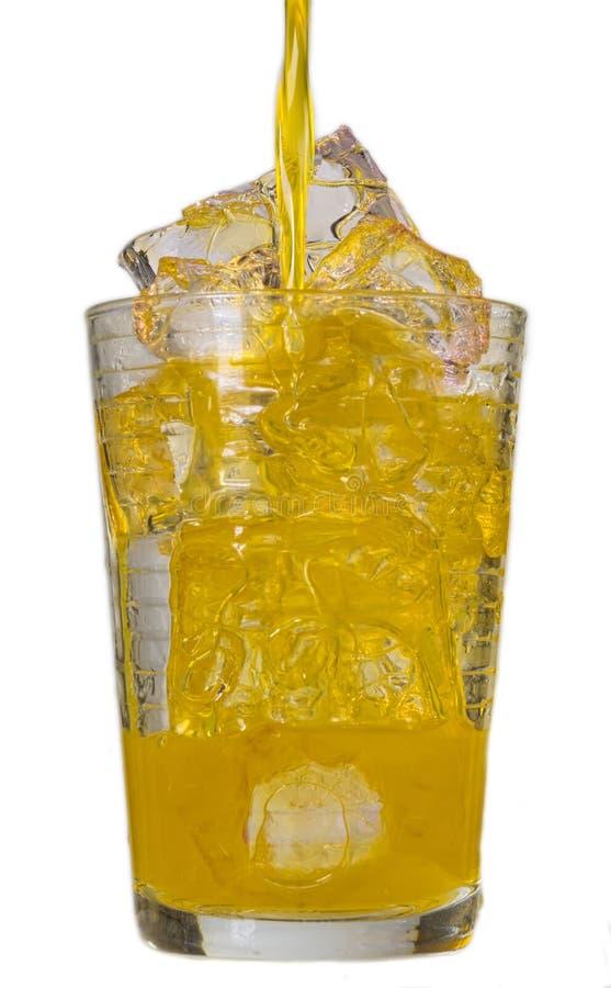 Aranciata in un vetro con i cubetti di ghiaccio fotografia stock