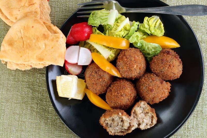 Arancini del fungo con insalata organica fresca immagine stock