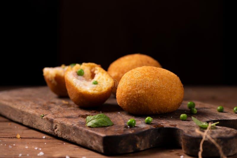 Arancini di riso, bolas de arroz fritadas do risoto, alimento siciliano italiano fotos de stock