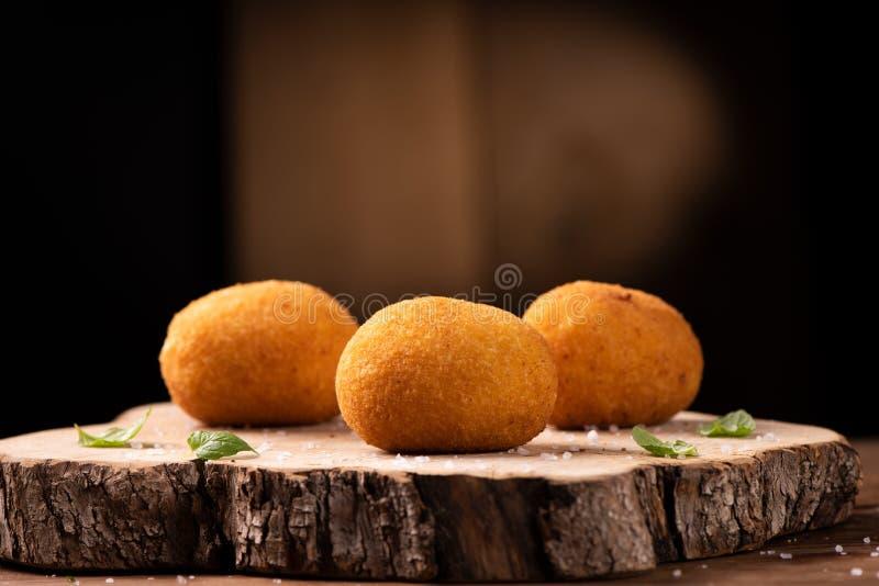 Arancini di riso, bolas de arroz fritadas do risoto, alimento siciliano italiano imagem de stock royalty free