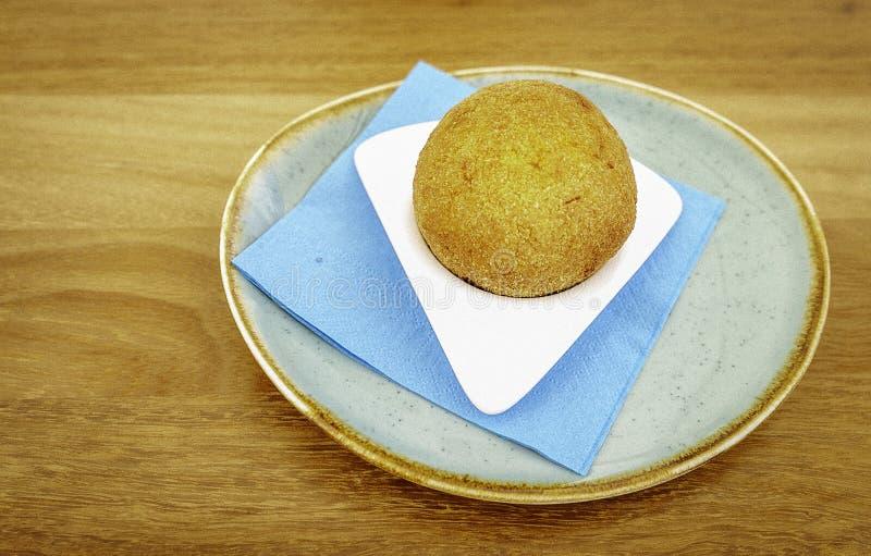 Arancino siciliano delicioso tradicional de la especialidad en un plato de cerámica rústico fotografía de archivo