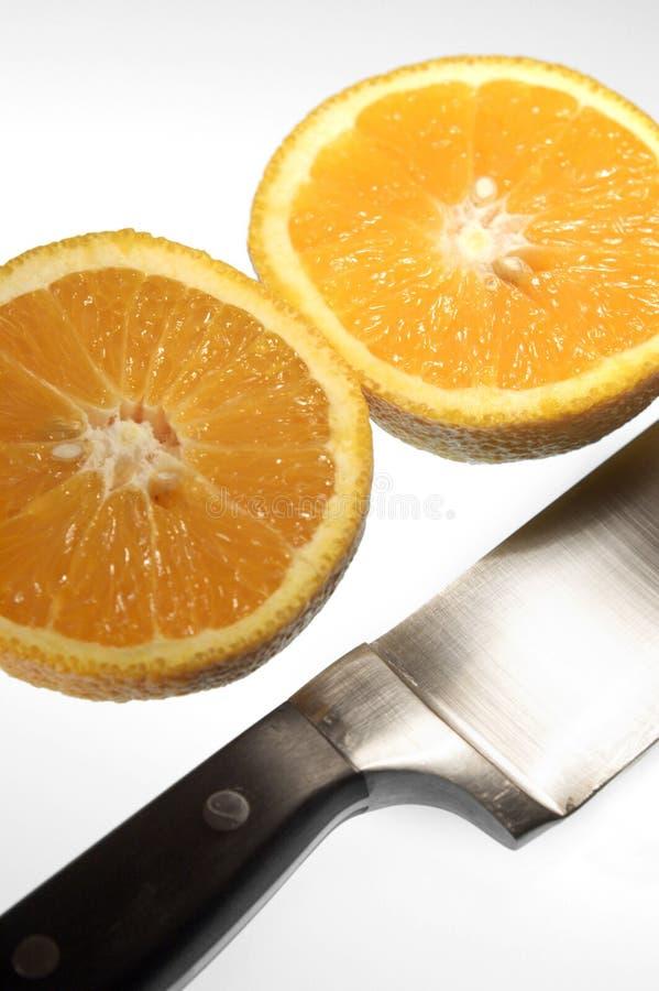 Arancio affettato con la lama fotografie stock libere da diritti