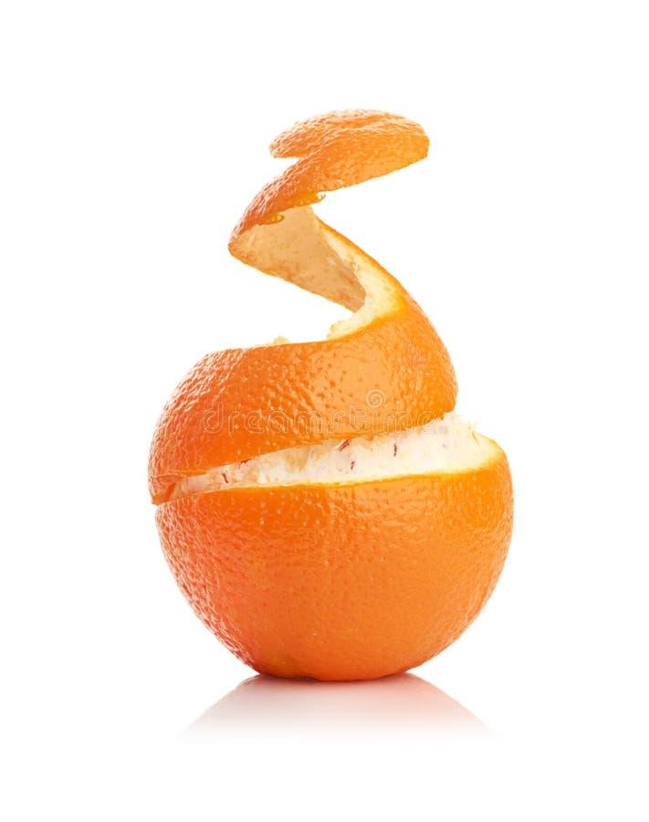 Arancio con pelle a spirale sbucciata fotografia stock