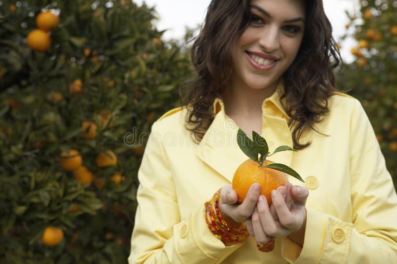 Arancio della holding della donna immagine stock libera da diritti