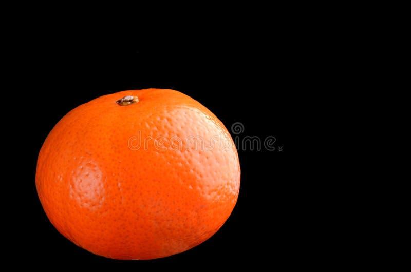 Arancio isolato sul nero fotografie stock