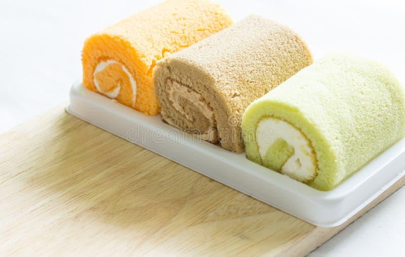 Arancio, pandan, dolce del rotolo del cioccolato su legno immagine stock libera da diritti