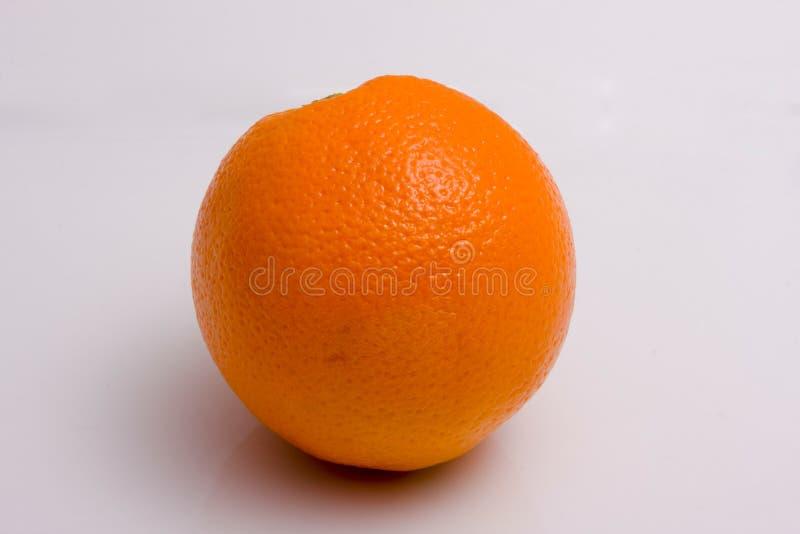 Arancio su una priorità bassa bianca immagine stock libera da diritti