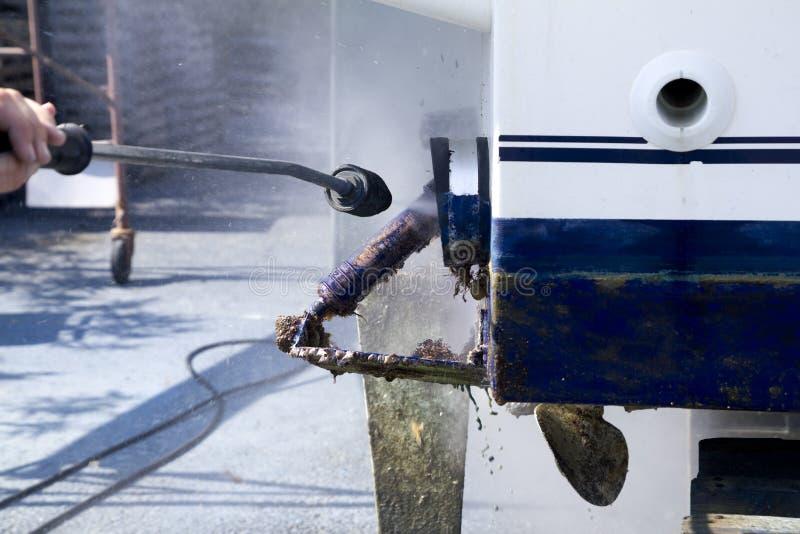 Arandela de la presión de agua de limpieza del casco del barco fotos de archivo