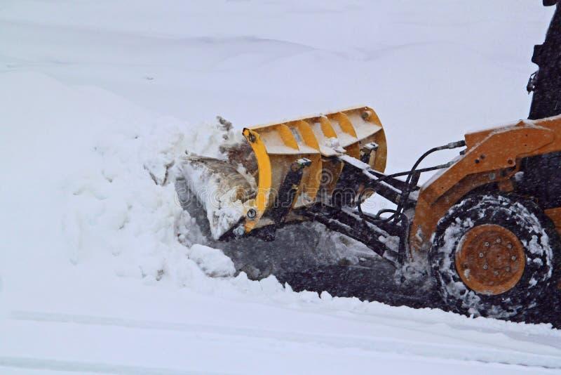 Arando a estrada da neve fotos de stock