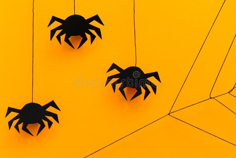 Aranha de papel preta com Web no fundo amarelo Conceito de Halloween estilo do corte do papel foto de stock royalty free