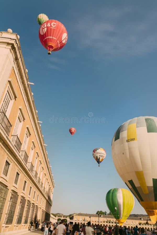 ARANJUEZ HISZPANIA, PAŹDZIERNIK, - 14, 2017, gorący ballon powietrze lata następnie fotografia royalty free