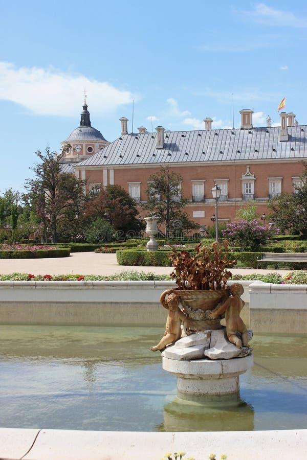 Aranjuez, Spanje; 12 november, 2018: Koninklijk paleis achter fontein royalty-vrije stock fotografie