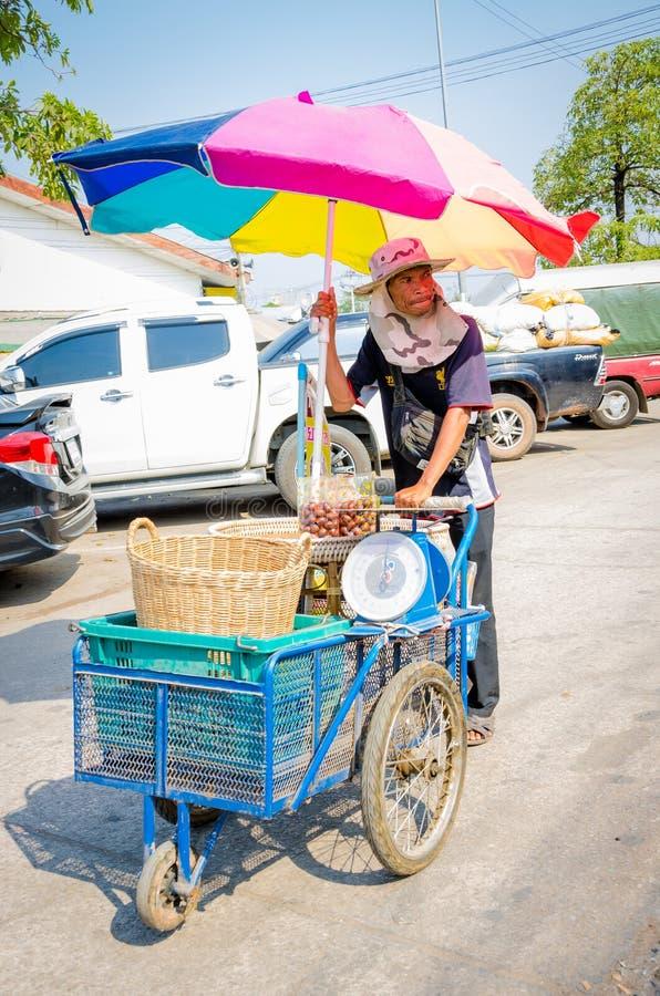 Aranyaprathet, Tailandia: Carrello del cambodian dell'uomo. immagini stock